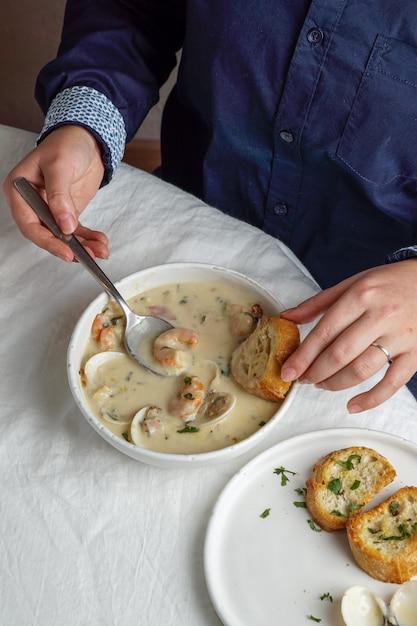 エビとジャガイモのクラムチャウダークリームスープ Premium写真
