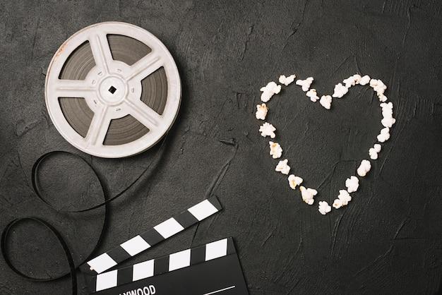 ポップコーンの心臓の映画とclapperboard近く 無料写真