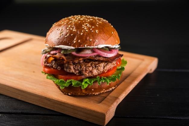牛肉と古典的なアメリカのハンバーガー Premium写真