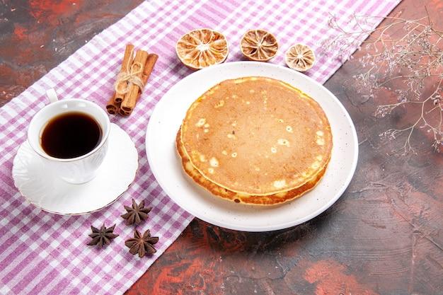 ピンクのストリップタオルと混合色のお茶の古典的なアメリカのおいしいパンケーキ 無料写真