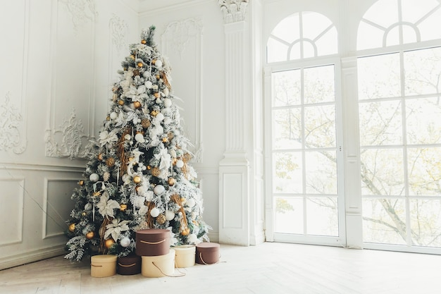 Classic christmas new year decorated interior room with new year tree Premium Photo