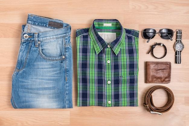 Классические мужские повседневные наряды с аксессуарами на столе Бесплатные Фотографии