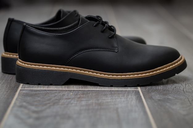 Primo piano classico delle scarpe degli uomini alla moda su gray Foto Gratuite