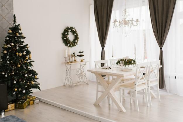 Classic white living room wirh christmas decoration Premium Photo