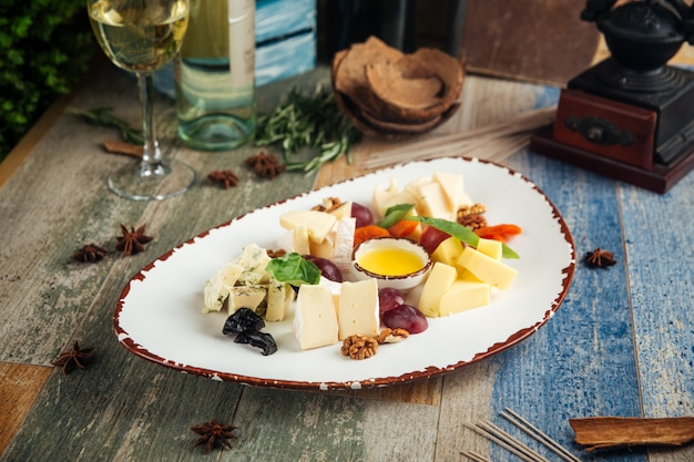 Классическая винная закуска, сыр, виноград, орехи Premium Фотографии