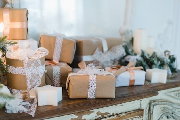 Шикарная рождественская подарочная коробка ручной работы представляет с коричневыми бантами Premium Фотографии