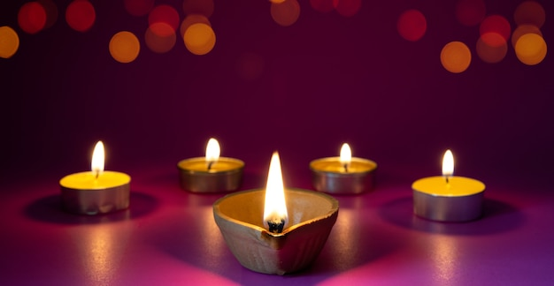 Глиняные лампы diya зажжены во время празднования индуистского фестиваля огней дипавали Premium Фотографии