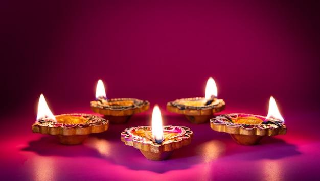 Глиняные лампы дия зажжены во время празднования индуистского фестиваля огней дипавали Premium Фотографии
