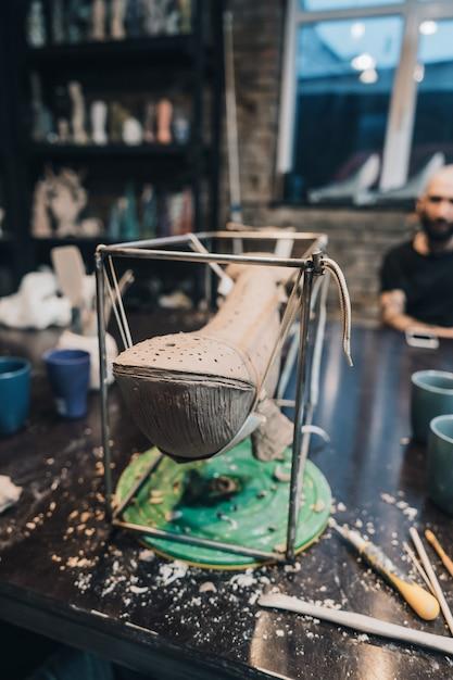 Balena di argilla su un supporto in un laboratorio di ceramica Foto Gratuite