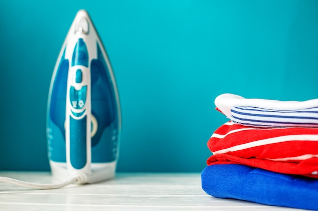 Чистая детская одежда и утюг Premium Фотографии