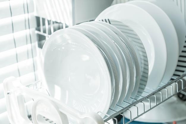 접시 선반에 깨끗한 접시 무료 사진