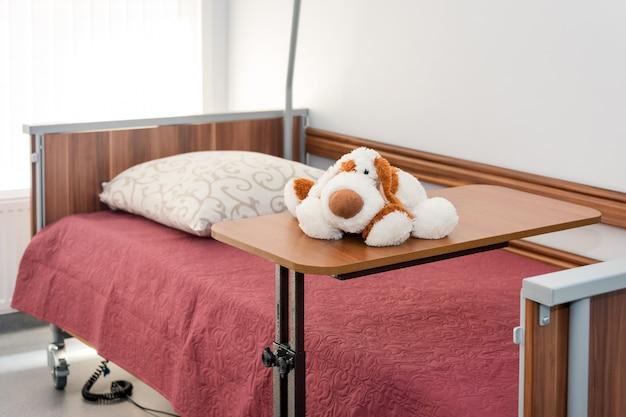 Чистая пустая больничная палата готова для пациентов. пустые кровати в больничной палате Premium Фотографии
