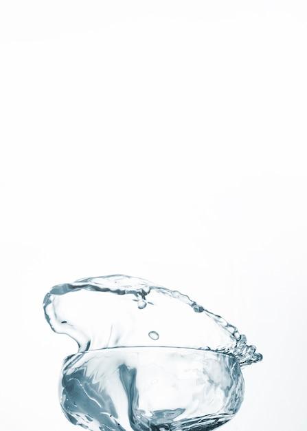 Acqua pulita in vetro su sfondo chiaro Foto Gratuite