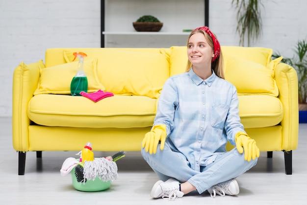 Donna delle pulizie in pausa dopo il lavoro Foto Gratuite