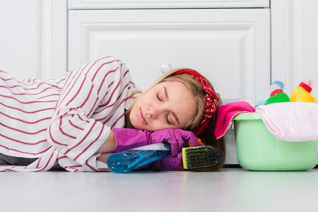家事に疲れたクリーニング女性 無料写真