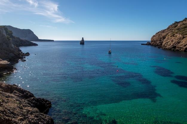 Чистое синее море и небо на ибице, испания Бесплатные Фотографии
