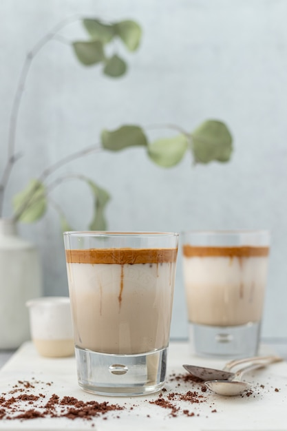 茶色の液体の透明なコップ 無料写真
