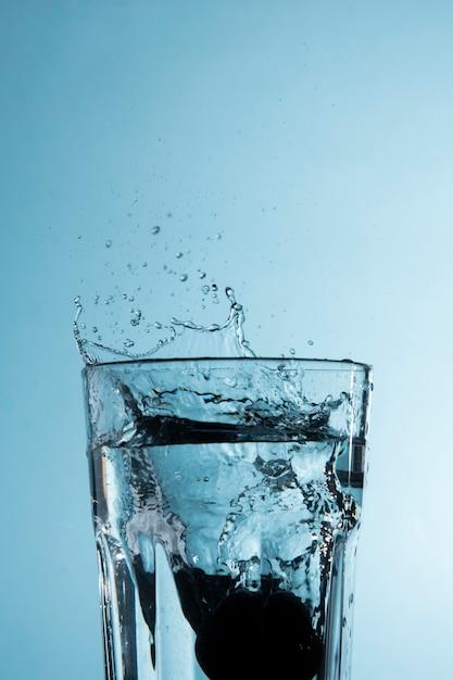 물이 튀는 투명 유리 무료 사진