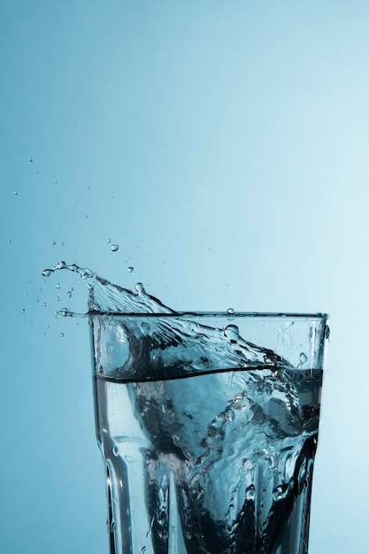 Vetro trasparente con spruzzi d'acqua Foto Gratuite