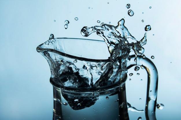 물이 튀는 투명한 용기 무료 사진