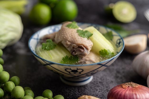 鶏肉とグリーンハッチのクリアスープにんにく、レモン、玉ねぎ、赤玉ねぎ、マッシュルーム、バジル 無料写真