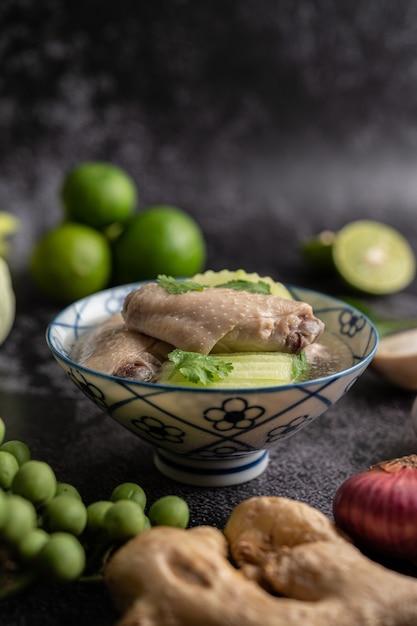 Прозрачный суп с курицей и зеленью с чесноком, лимоном, луком, красным луком, грибами и базиликом Бесплатные Фотографии