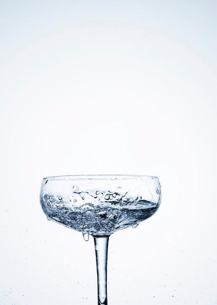 ガラス中の透明な水力学 無料写真