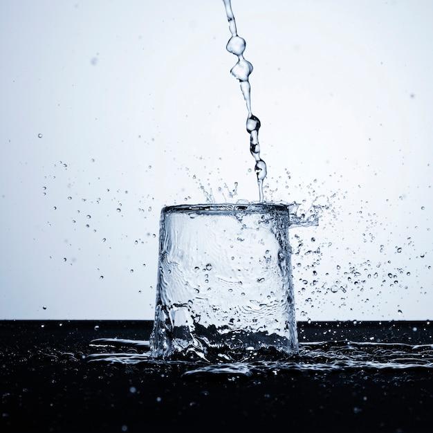 Acqua limpida in primo piano di vetro Foto Gratuite