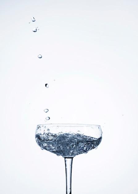 Acqua limpida in vetro con spazio vuoto Foto Gratuite