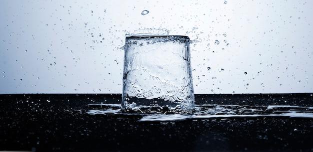 水滴の入ったガラスの澄んだ水 無料写真