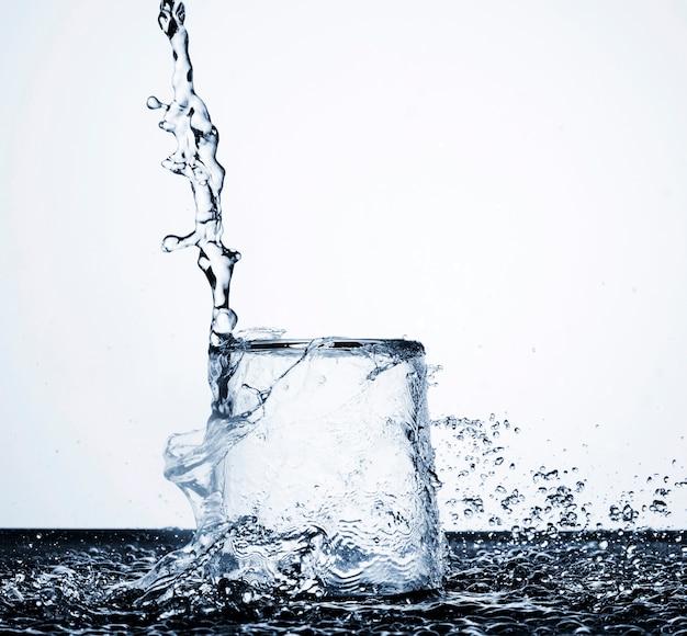 Движение чистой воды в стекле на светлом фоне Бесплатные Фотографии