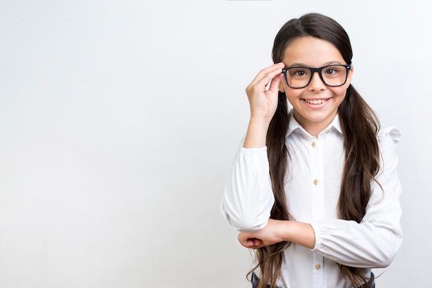 メガネで立っている賢いヒスパニック女子高生 Premium写真