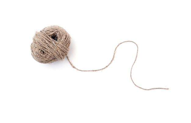 Клубок или мяч с изолированной пеньковой веревкой Premium Фотографии