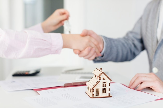 Client and estate agent making deal Free Photo