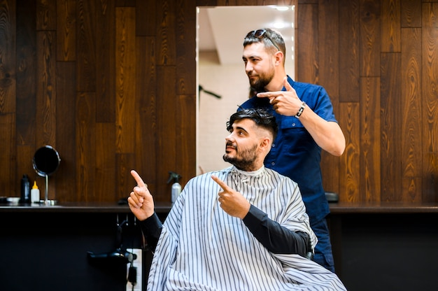 Client and hairstylist looking away Free Photo