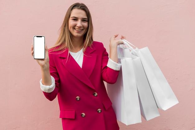 클라이언트 패션 의류를 입고 휴대 전화를 들고 무료 사진