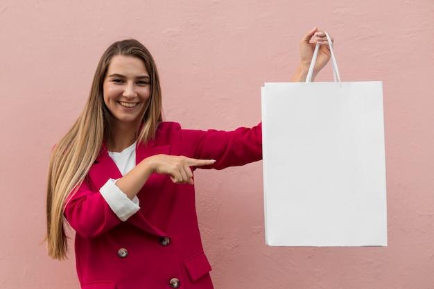 클라이언트 복사 공간 가방을 보여주는 패션 옷을 입고 무료 사진