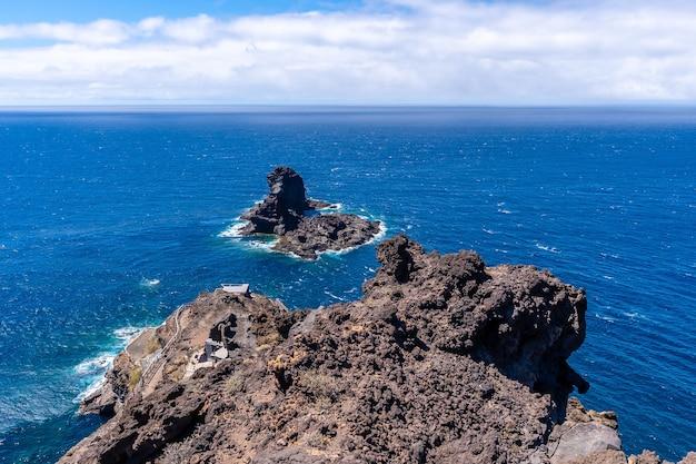 カナリア諸島のラパルマ島の北にあるブハレンの黒い砂のビーチに下りる崖。スペイン Premium写真