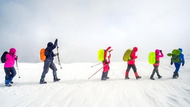 Поход альпинистов в горы Premium Фотографии