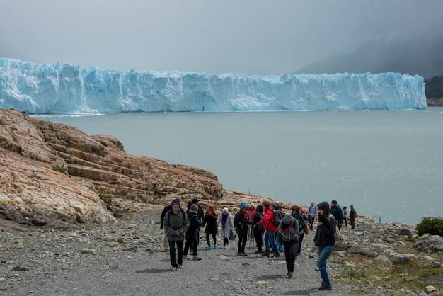 Climbers on perito moreno glacier, lake argentino, los glaciares national park, santa cruz province, Premium Photo