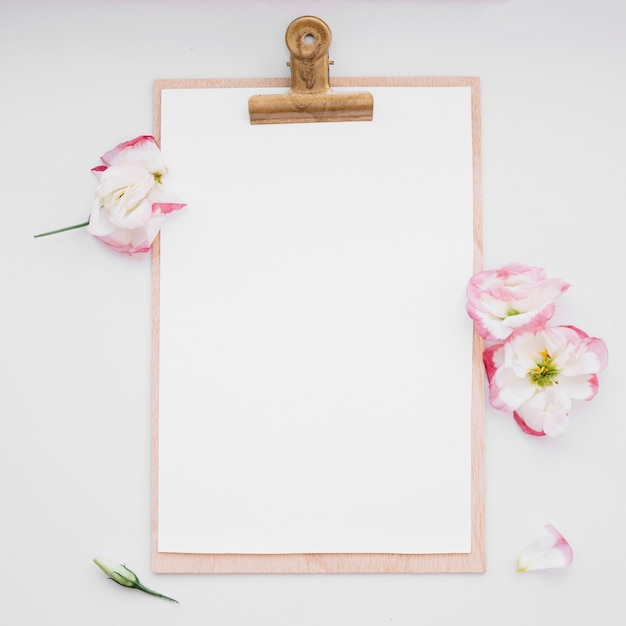 Clipboard and flowers Photo | Free Download