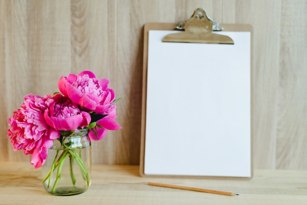 Clipboard and flowers Premium Photo