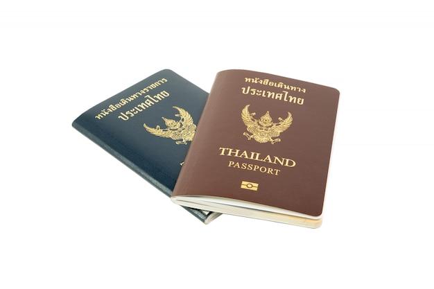 クリッピングパスタイのパスポートと正式なパスポートは、白い背景に隔離されています。 Premium写真