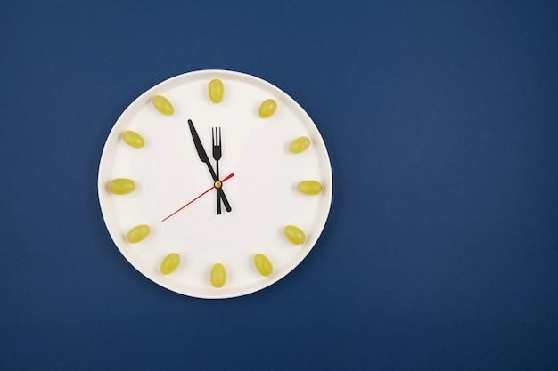 青のブドウで作られた時計 Premium写真