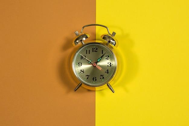 ダイヤルで黄色の背景に時計 Premium写真