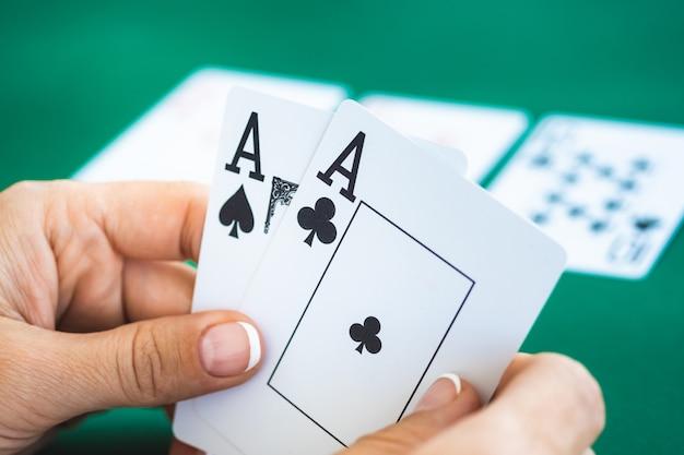 Cloe на пару тузов в руках игрока Premium Фотографии