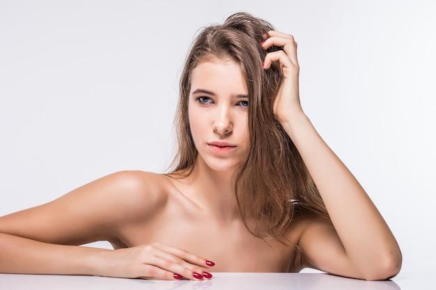 白い背景で隔離のファッション髪型と服をせずにセクシーなブルネットモデルの女の子の肖像画を閉じる 無料写真