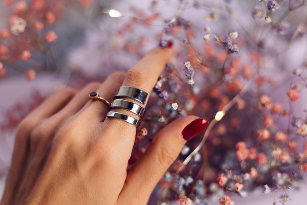 Крупным планом - пальцы руки женщины в двух кольцах Бесплатные Фотографии