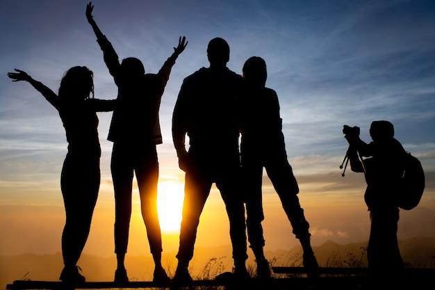 閉じる。観光客のグループがバトゥール火山で夜明けを迎えます。バリ島インドネシア 無料写真