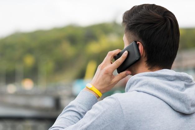 電話で話しているクローズアップの成人男性 無料写真